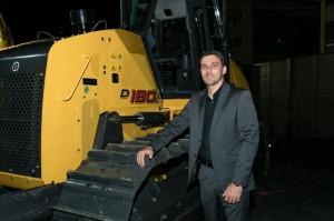 Marcos Rocha, gerente de produtos da New Holland Construction para América Latina em frente ao trator D180C