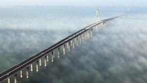 A ponte sobre o mar mais longa do mundo, que atravessa a baía de Jiaozhou, da cidade de Qingdao, na província chinesa de Shandong.