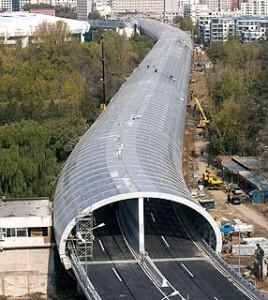 O túnel construído na ponte Zhanxi, próximo ao zoológico de Pequim, evita a dispersão do barulho do tráfego e é um dos ícones da construção rodoviária da China na última década.