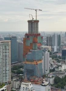 Construção no núcleo da estrutura da torre MahaNakhon pela grua 21LC290 18t (foto: divulgação).