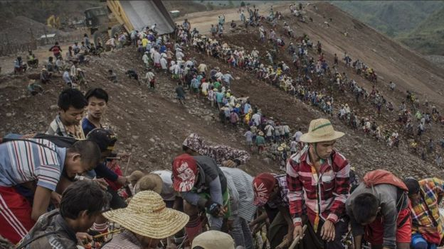 Esta foto publicada pela BBC News mostra como era a busca por sobras de pedra preciosa na área de rejeitos da mina.