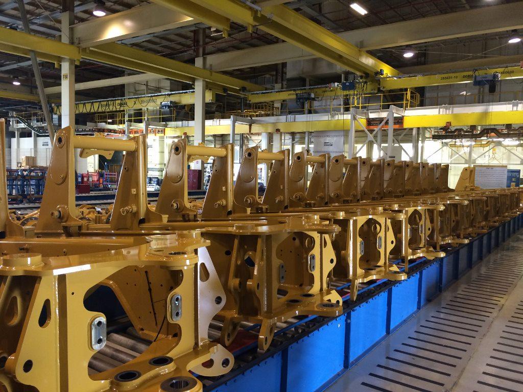 Foto da linha de produção das retroescavadeiras série F2 em Campo Largo (PR) - Crédito Rodrigo Conceição Santos