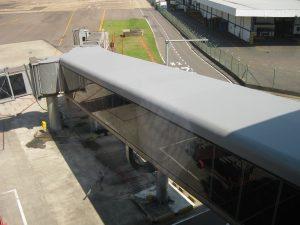 Aplicação da manta de PVC na impermeabilização do aeroporto Salgado Filho, em Porto Alegre