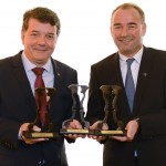 Leoncini (esquerda) e Schiemer (CEO), recebem premiação pela Mercedes.
