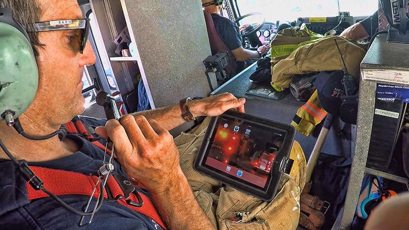 Bombeiro usa sistema de comunicação da FirstNet