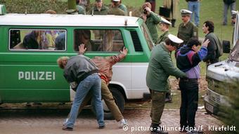 Polícia atua em Taunusanlage em 92: controles foram feitos só quando estrutura para dependentes estava pronta.